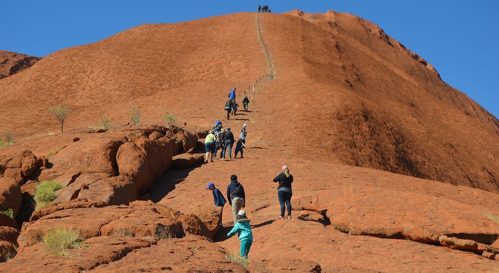 Tourists climb Uluru | © Cemendtaur_Wikimedia Commons