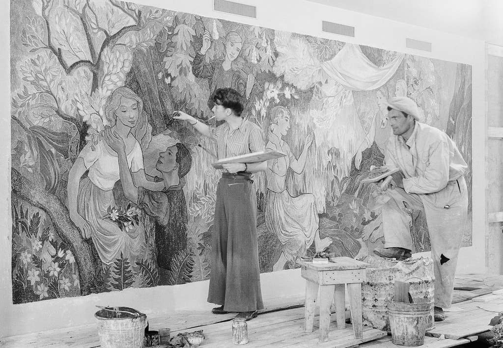 Tove Jansson and Niilo Suihko painting the fresco 'Party in the Countryside' at Helsinki City Hall, restaurant Kaupunginkellari | © Helsinki City Museum / Foto Roos