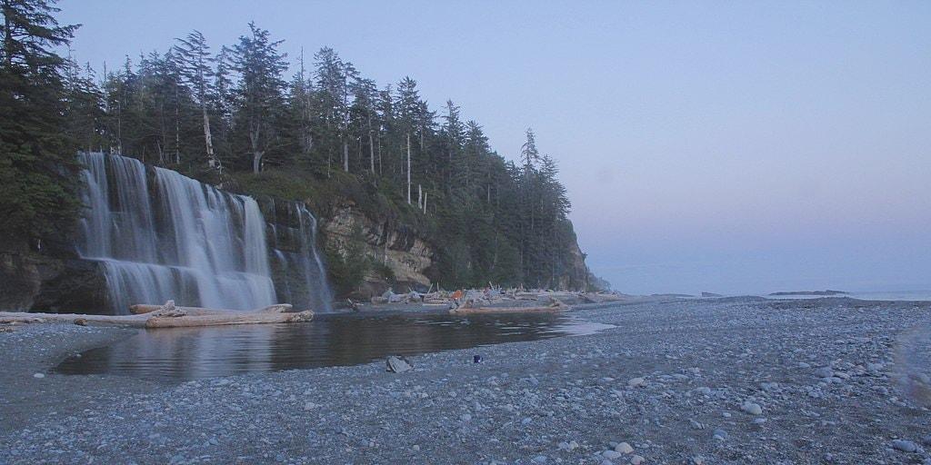 Tsusiat Falls at Pacific Rim National Park | © Malcolm Eaton / Wikimedia Commons