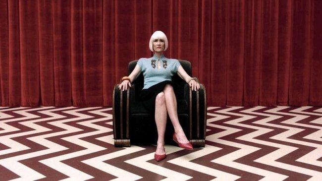 twin-peaks-the-return-2017-035-laura-dern-in-red-room-chair-650x365