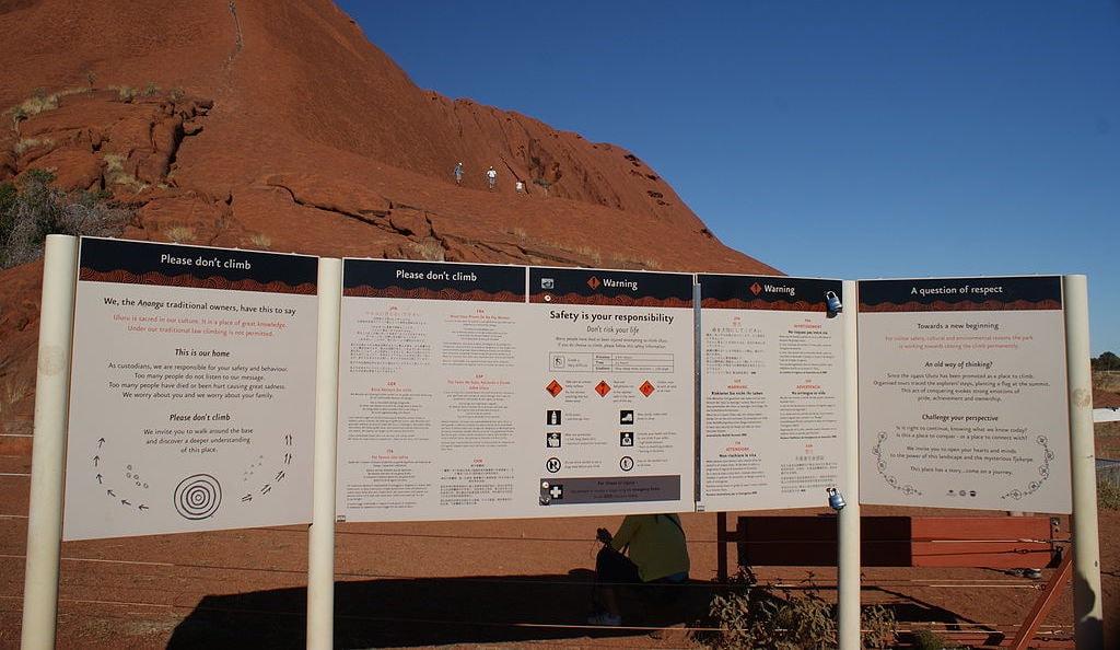 Warning signs at Uluru | © Maulemon_Wikimedia Commons