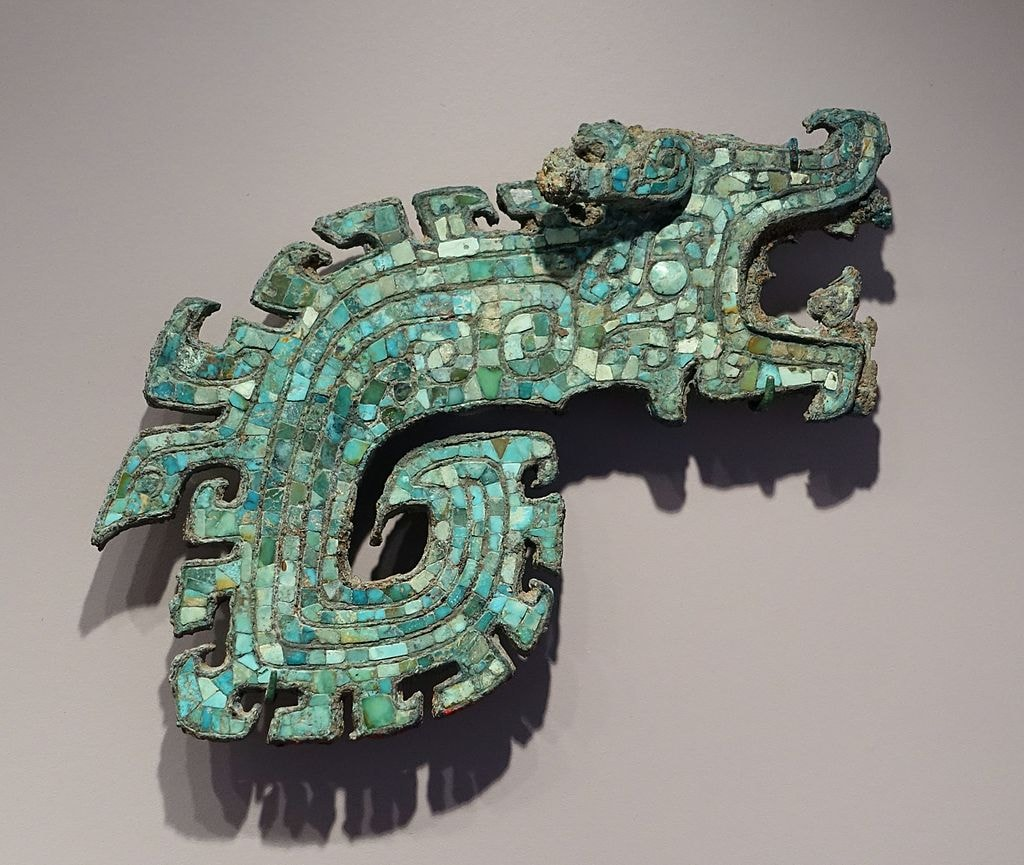 Weapon_Handle_in_the_Form_of_a_Dragon,_China,_Shang_dynasty,_14th-11th_century_BC,_bronze_with_turquoise_inlay_-_Arthur_M._Sackler_Museum,_Harvard_University_-_DSC00788
