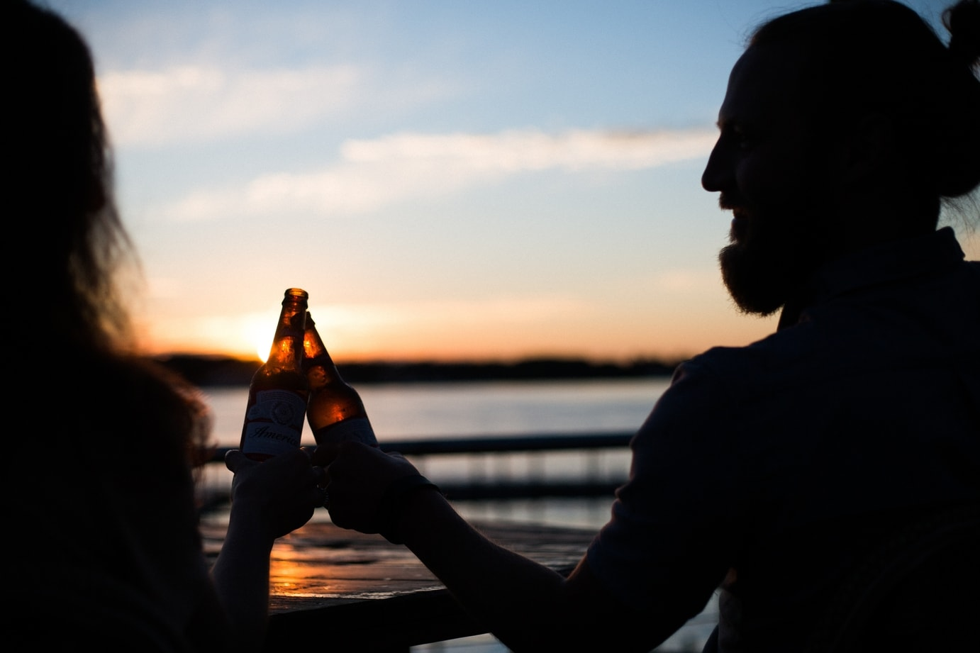 Beers on the beach © Unsplash / Taylor Grote