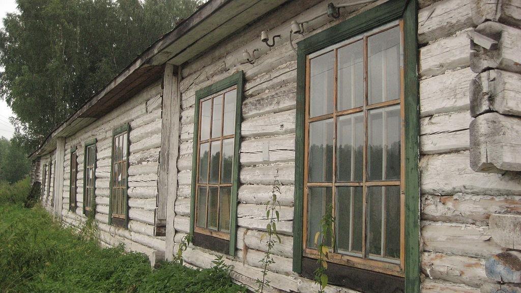 1024px-A_former_Gulag-building,_part_of_the_recent_Gulag_memorial_at_Perm-36