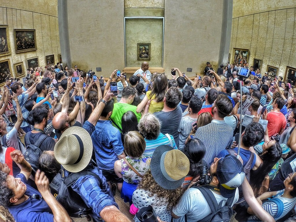 1024px-A_petit_crowd_to_see_the_dame