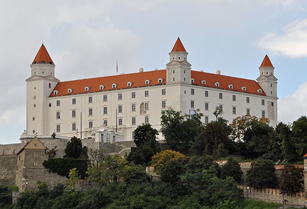 1024px-Bratislava_Castle_R01