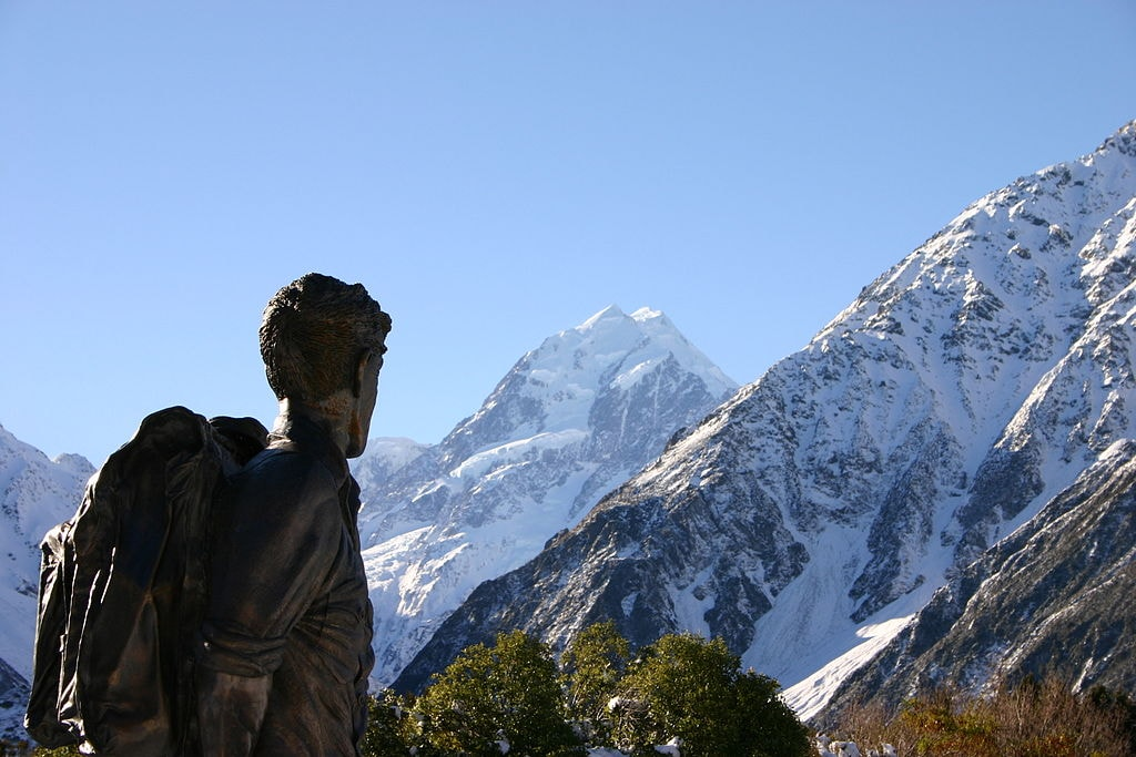 1024px-Hillary_statue_and_Mount_Cook