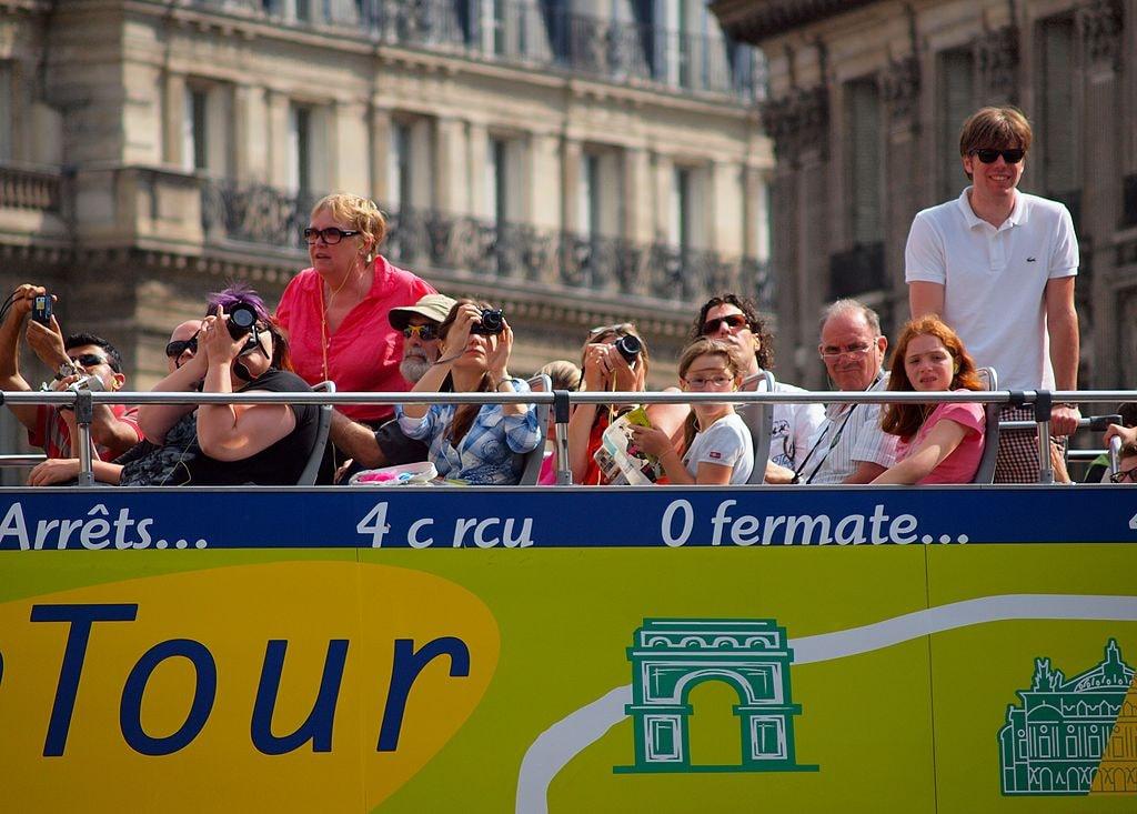 1024px-Paris_tourists (1)