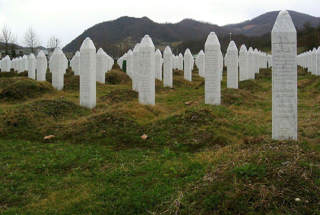 1024px-Srebrenica_massacre_memorial_gravestones_2009_2