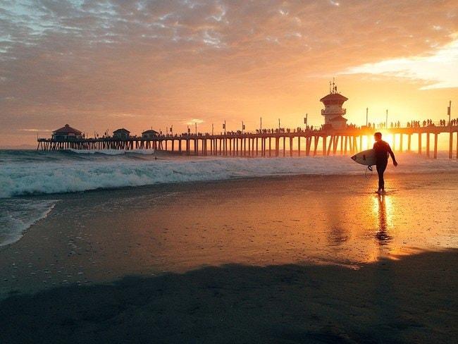 1024px-Surfer_at_Huntington_Beach_Pier