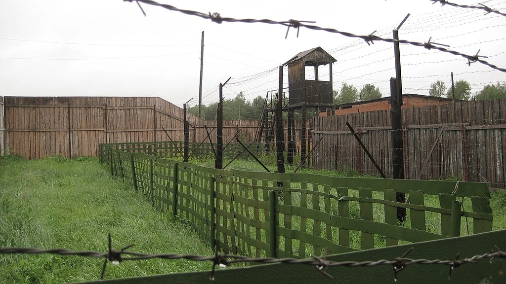 1024px-The_fence_at_the_old_GULag_in_Perm-36