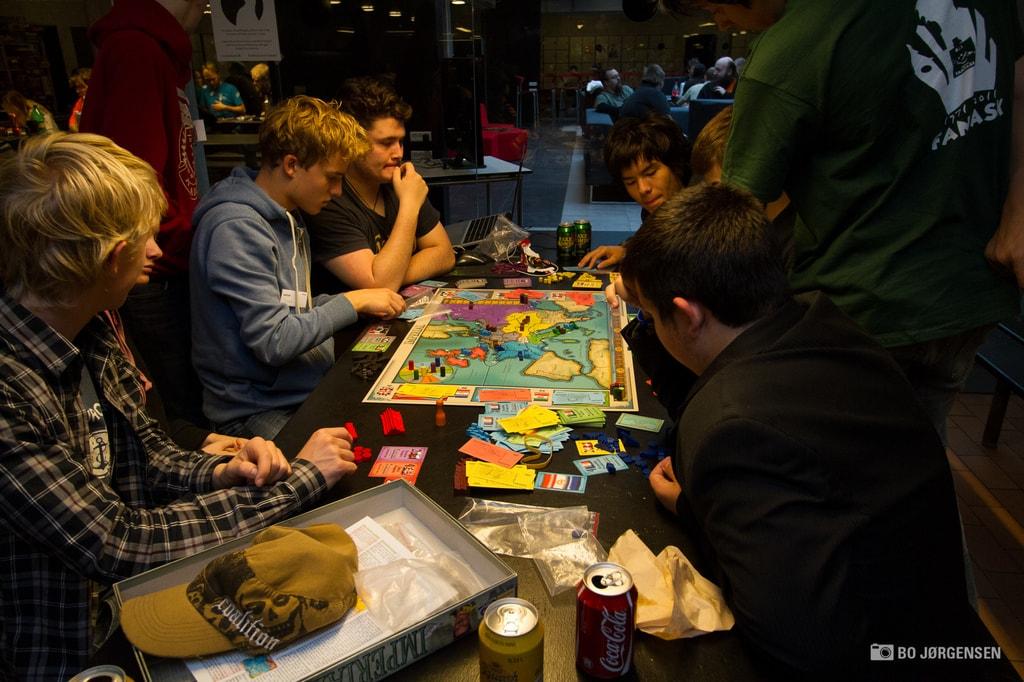 Brætspil i fællesområdet på Viking Con 32