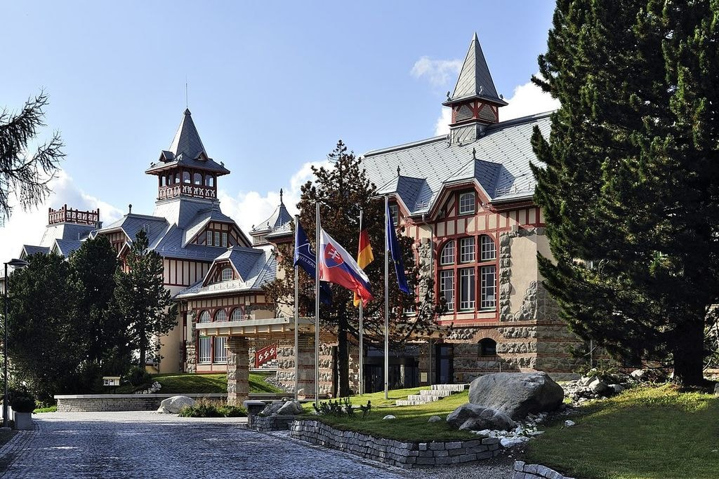 1200px-Grand_Hotel_Kempinski_High_Tatras