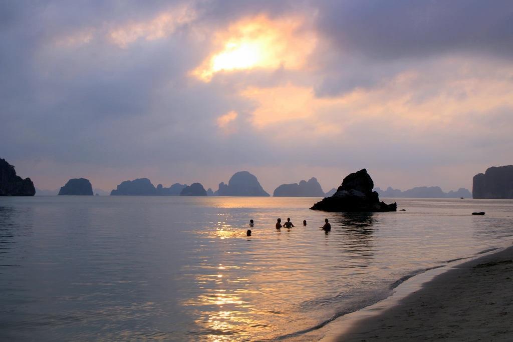 Bai Tu Long Bay | © Bex Walton/Flickr