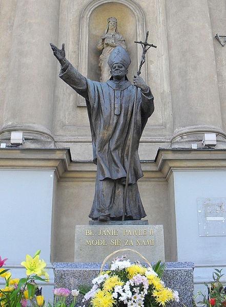 441px-Warszawa,_kościół_pw._Wszystkich_Świętych,_pomnik_papieża_Jana_Pawła_II_SDC11510