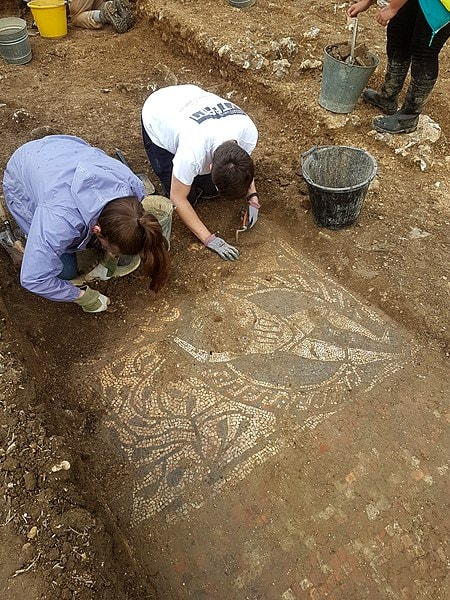 "Volunteers excavating the Boxford mosaic | <a href=""https://commons.wikimedia.org/wiki/File:Volunteers_excavating_the_Boxford_Roman_mosaic_2017.jpg"" target=""_blank"" rel=""noopener"">© Dannicus Cotswold / WikiCommons</a>"