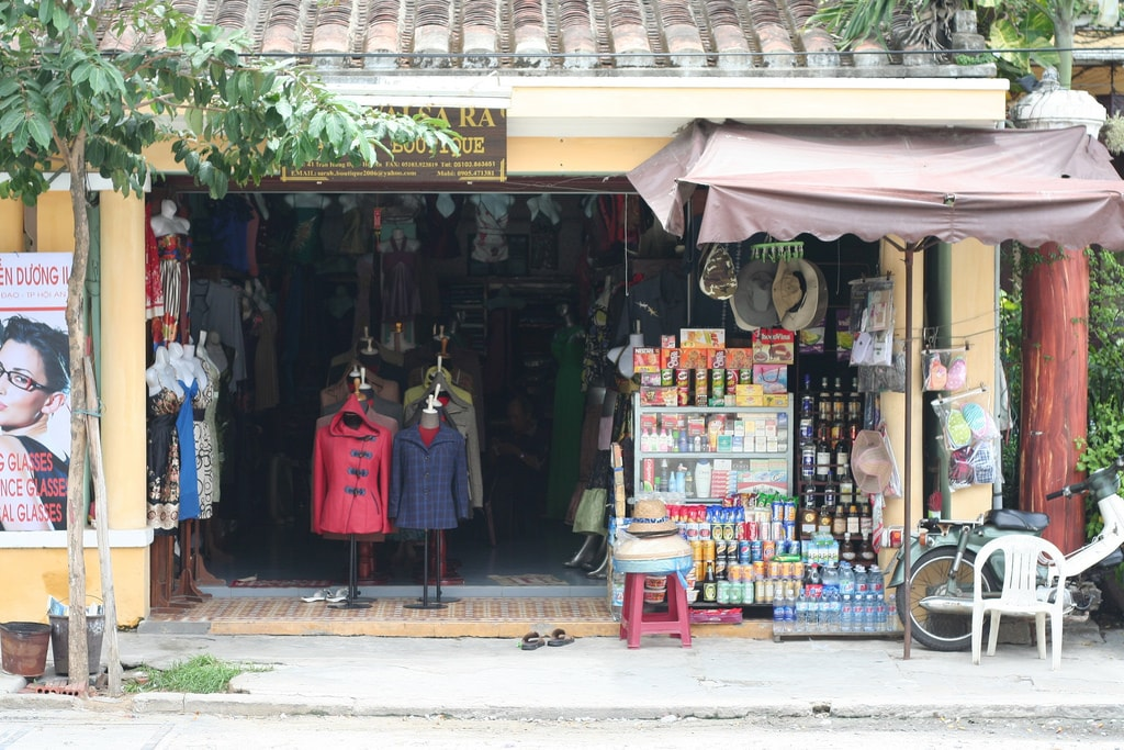 One of the many tailor shops in Hoi An | © Felix Triller/Flickr