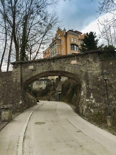 675px-Mönchsberg_Straße_zum_Schloss_Mönchstein