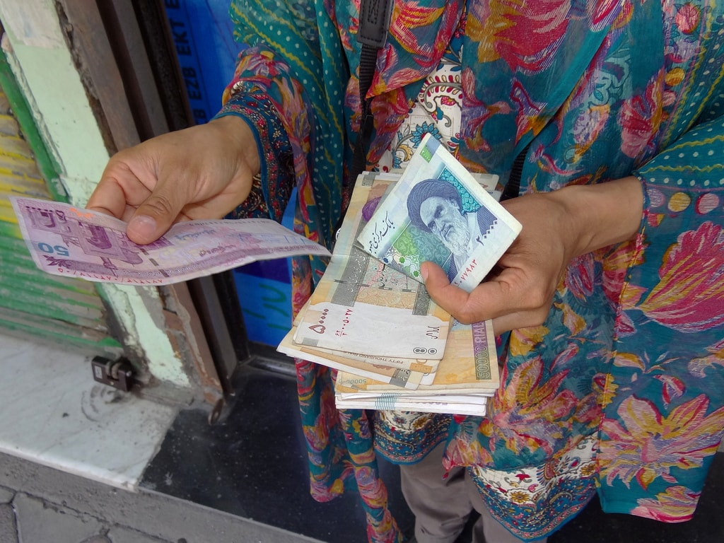 Say 'befarmaeed' when you give someone money   © Adam Jones / Flickr