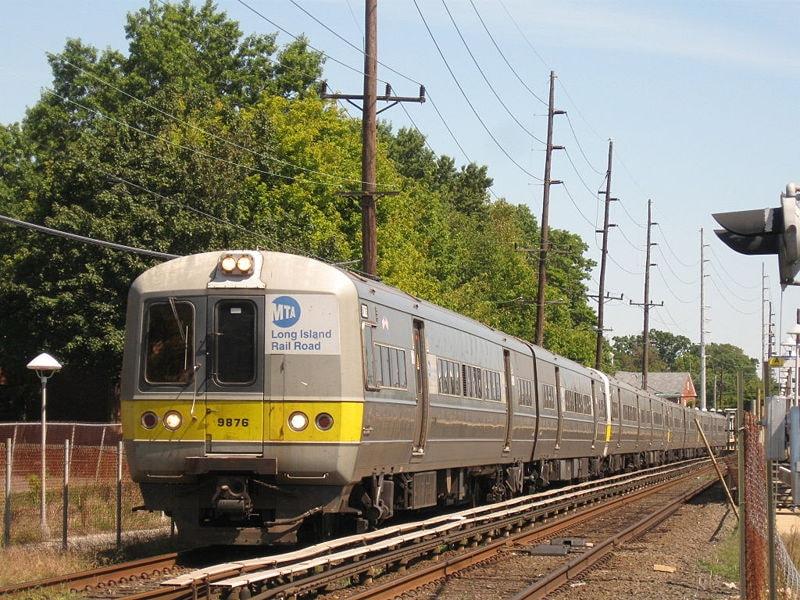 800px-LIRR_Train_2820_leaves_Cedarhurst