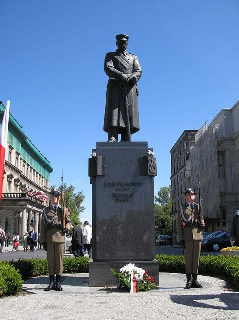 800px-Piłusdski_statue_and_honour_guards