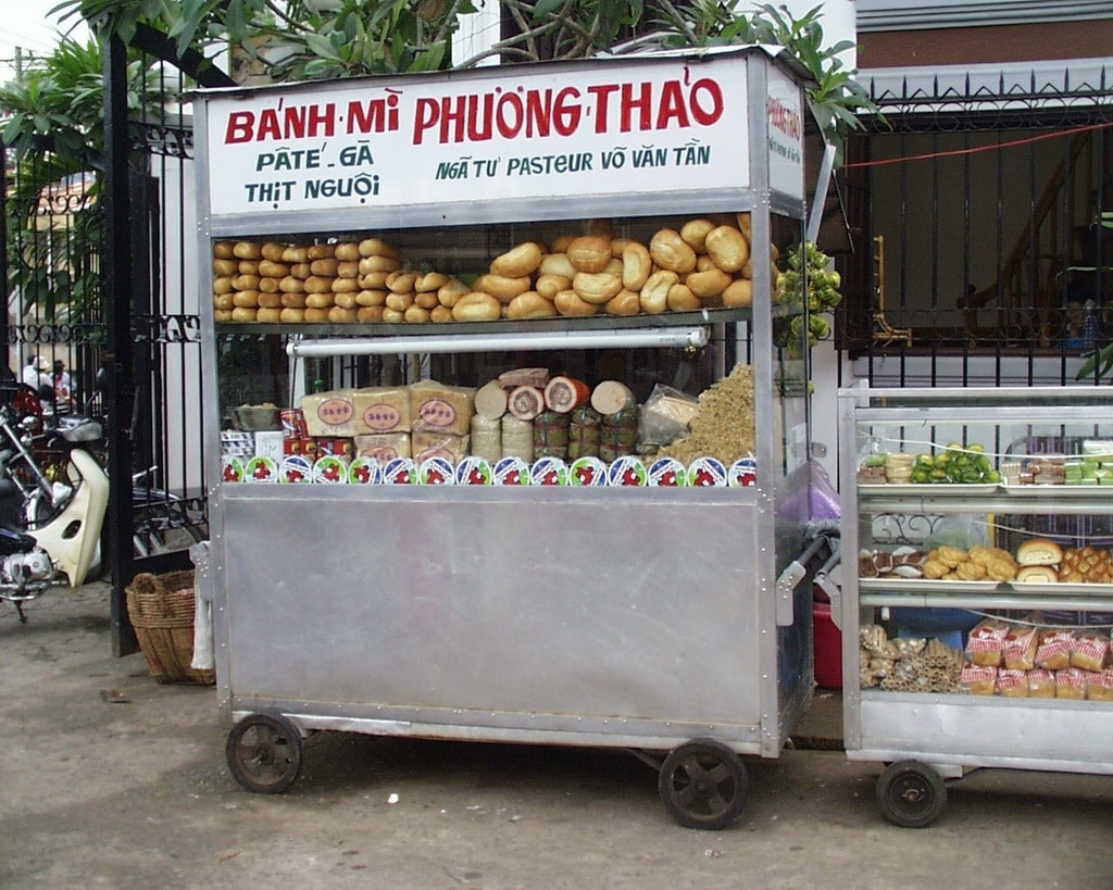 Banh mi food cart with distinctive Saigon lettering   © Jean-Marie Hullot/WikiCommons