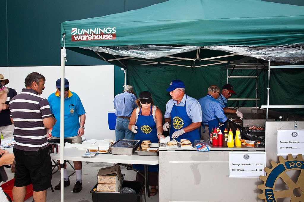 Bunnings sausage sizzle | © Henk Tobbe/Wikimedia Commons