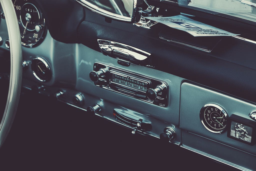 Vintage car radio   © Daniel von Appen / Unsplash