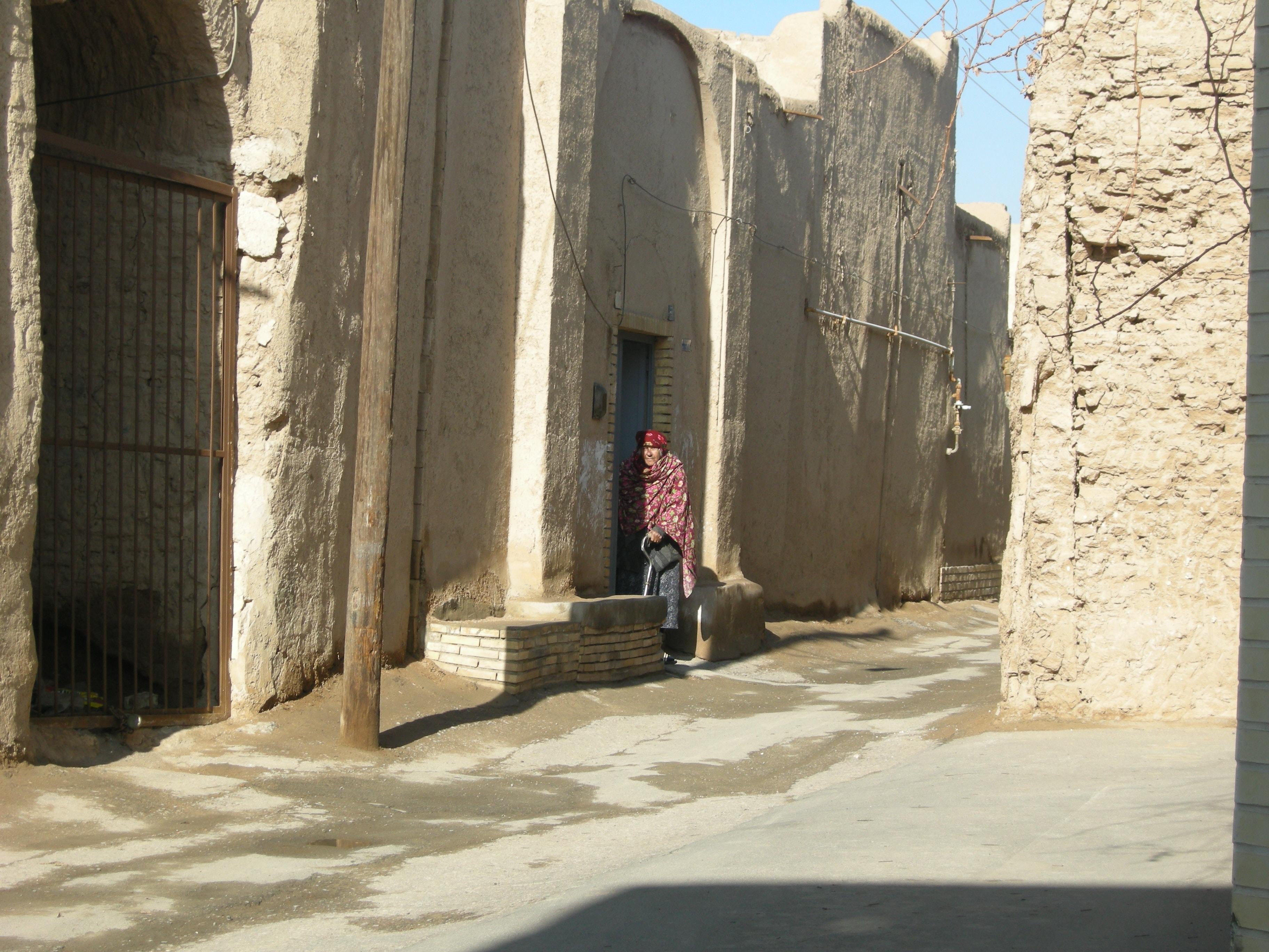 Benches are an element of the Zoroastrian neighborhood | © Pontia Fallahi