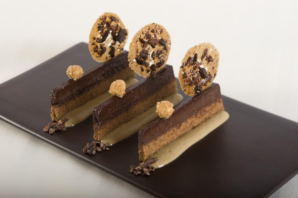 Fondant chocolat au pralin feuilleté et crème chicorée (c) Laurence MOUTON-min