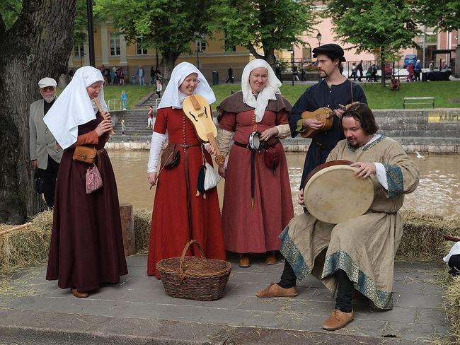Medieval_band_at_Turku_Medieval_market_2015