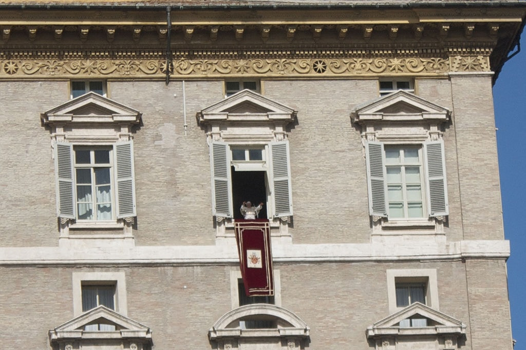 Every Sunday at noon the Pope speaks from his window over St. Peter's square and recites the Angelus prayer | © Paulobrad/WikiCommons