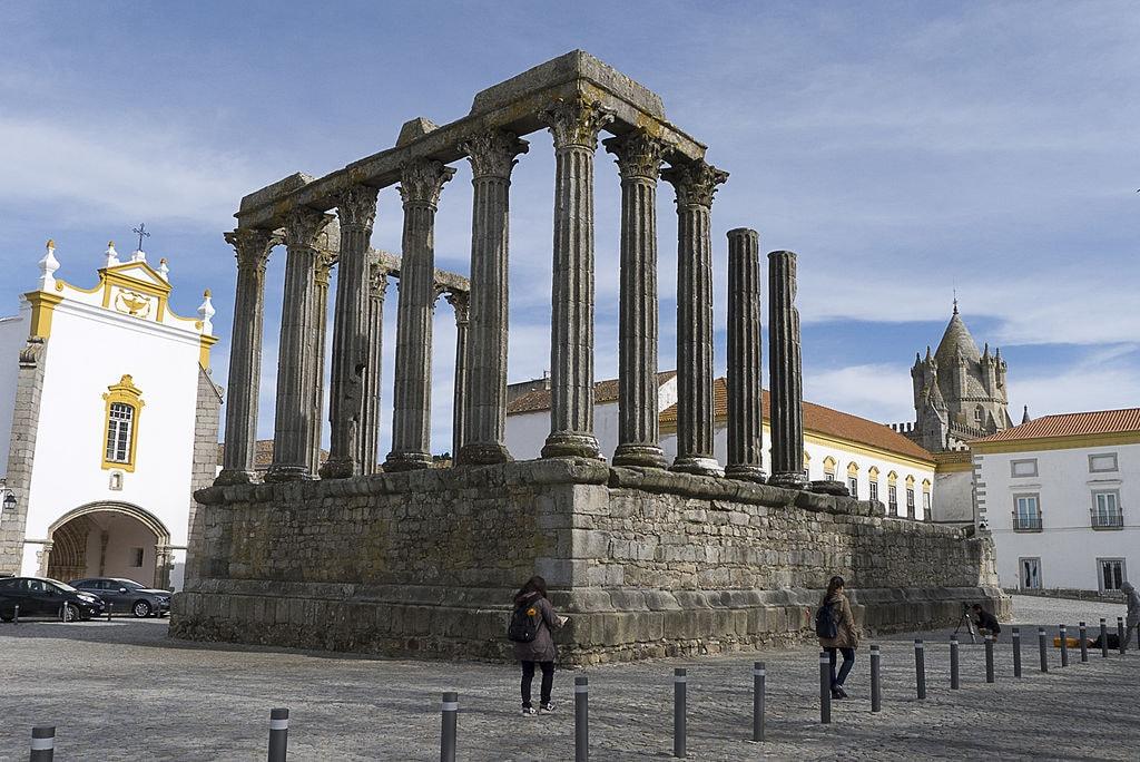 https://commons.wikimedia.org/wiki/File:Portugal-Evora-P1250288_(25893556815).jpg