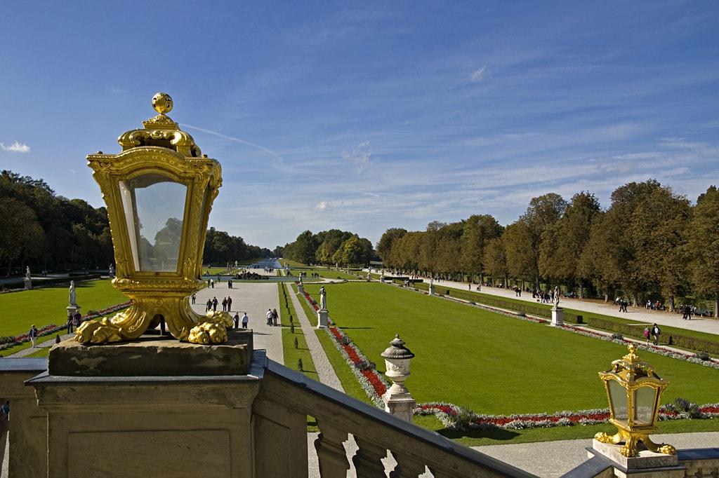 Schloss_Nymphenburg_-_Blick_vom_Schloss_in_den_Schlosspark