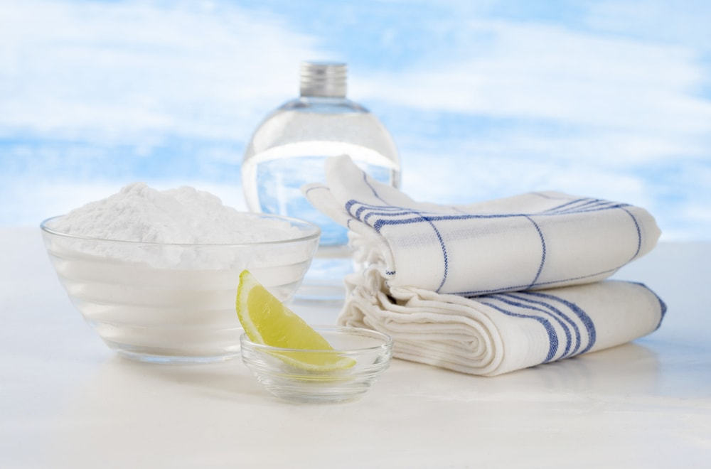 Back to basics household cleaning with vinegar and baking soda | © Jean Paul Chassenet / Dreamstime