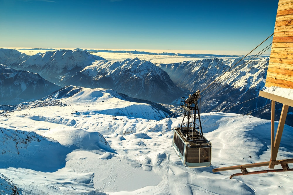 Spectacular ski resort with cable car station on the Pic Blanc peak in the French Alps, Alpe d'Huez, France | © Gaspar Janos / Shutterstock