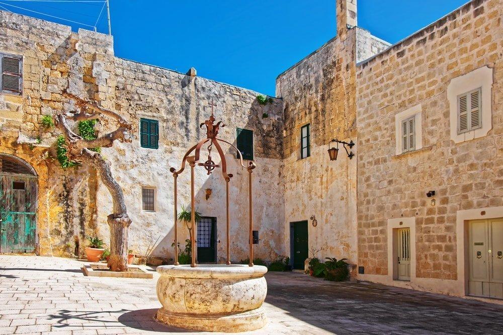 Well at Misrah Mesquita square in Mdina, Malta | © Roman Babakin/Shutterstock
