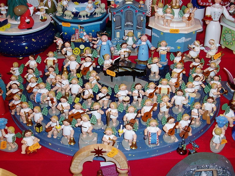 Toy_Orchastra_at_Kristalkindmarkt_before_Xmas,_Nurnburg_-_panoramio