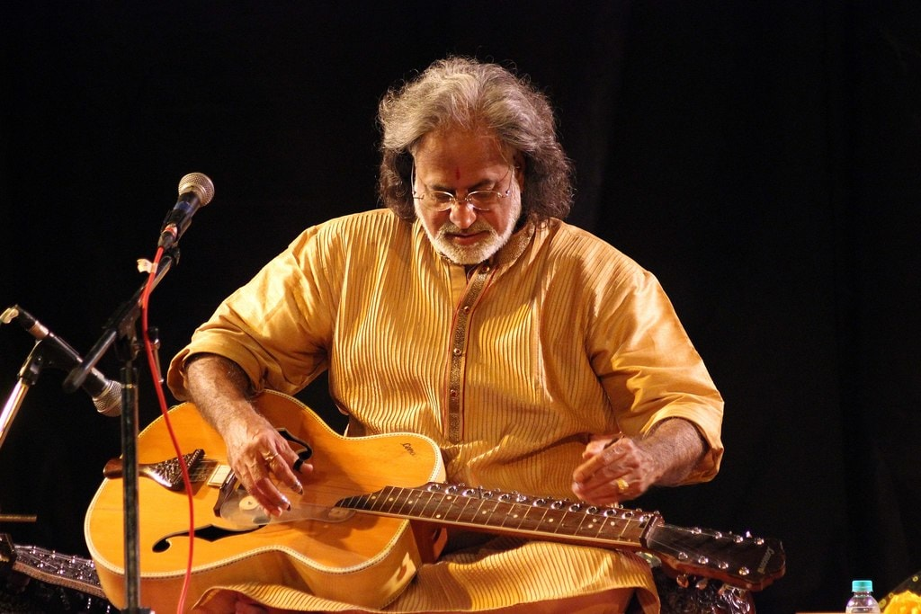 Vishwa_Mohan_Bhatt_playing_Mohan_Veena_(4)