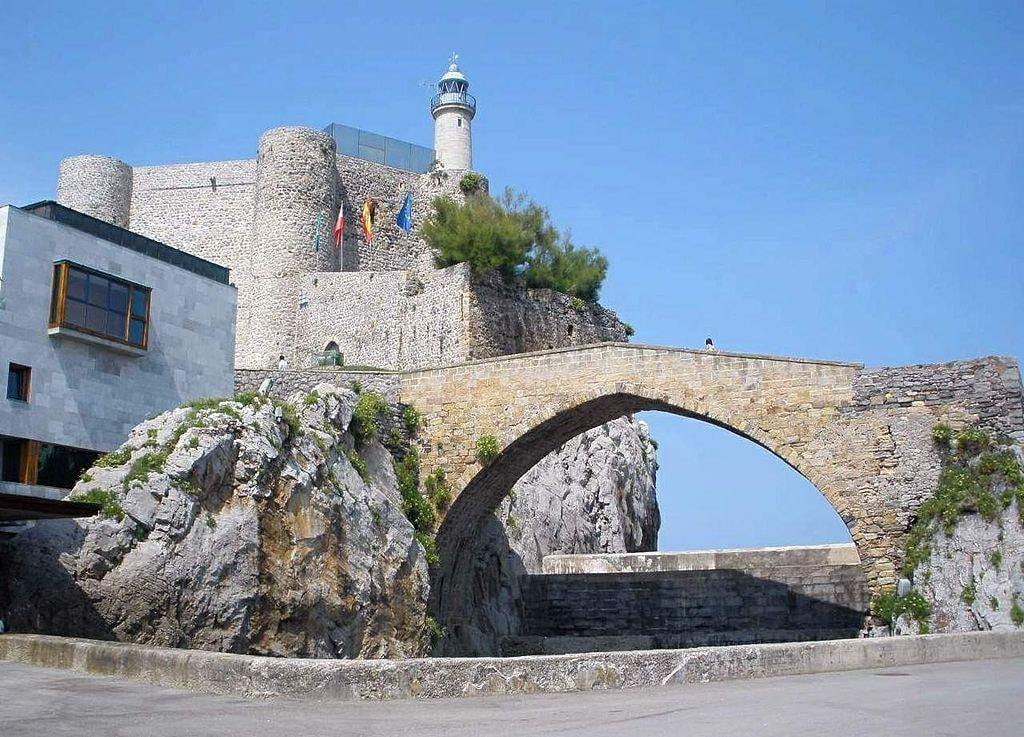 Puente Medieval, Castro Urdiales, Spain | ©Zarateman / Wikimedia Commons