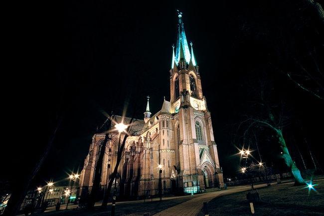 1024px-Katedra_Świętych_Apostołów_Piotra_i_Pawła_w_Gliwicach