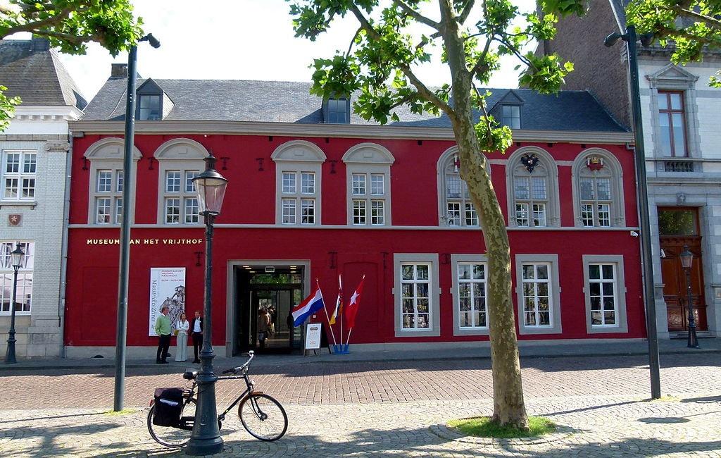 1024px-Museum_aan_het_Vrijthof_-_Exterieur_2012_Maastricht