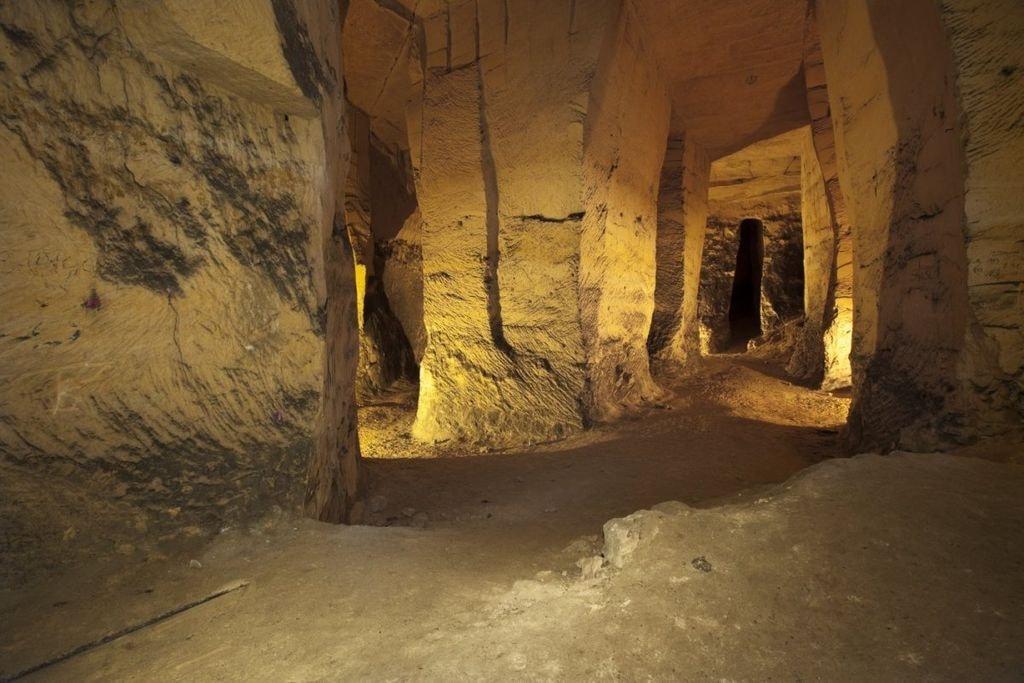 1024px-Overzicht_tunnel_in_mergelgrot_-_Maastricht_-_20534290_-_RCE