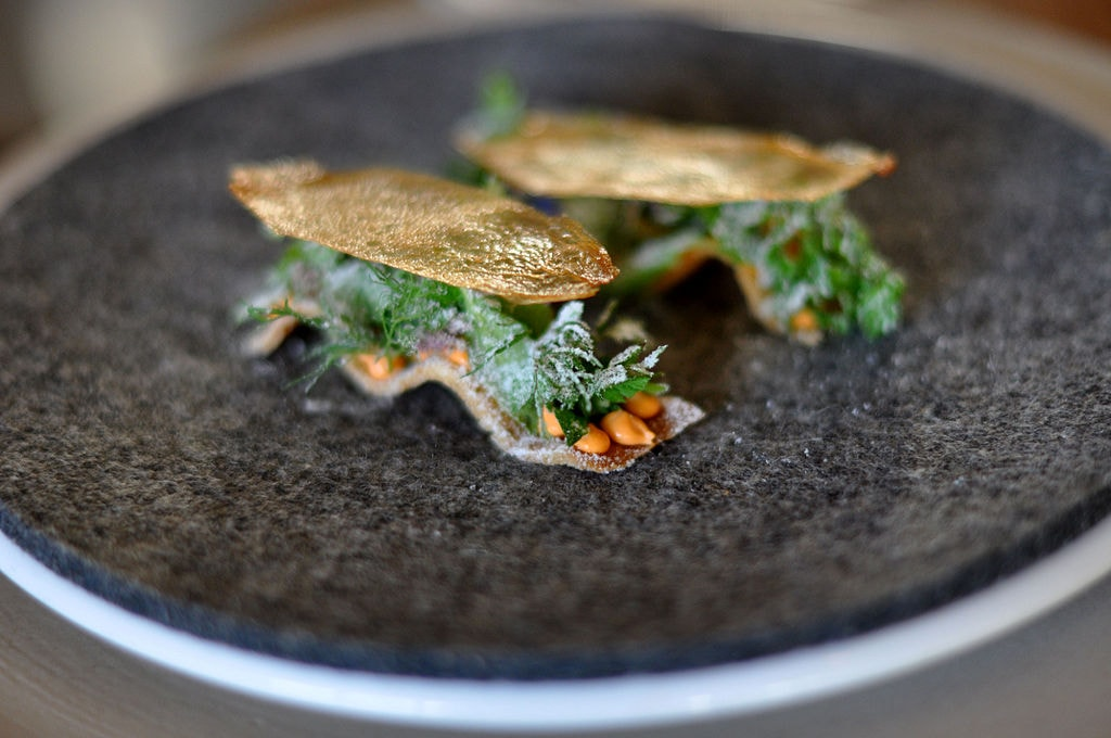 Toast with emulsion of smoked roe of scallops, fresh herbs, vinegar dust and dried andesky, noma Restaurant, Copenhagen | © cyclonebill/WikiCommons