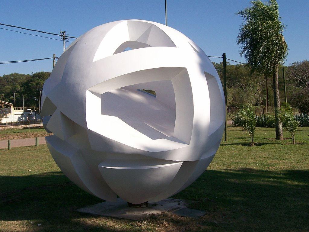 1024px-Sculpture_in_2_de_Febrero_Park,_Resistencia_(Argentina)