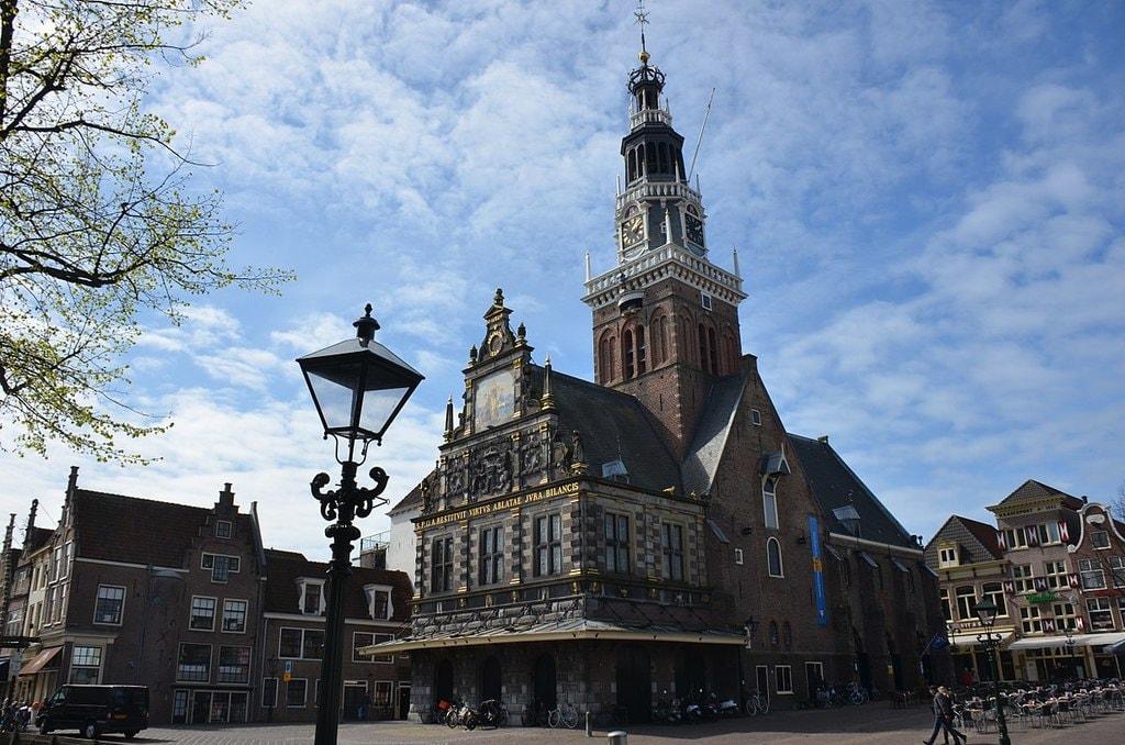 1200px-Cheesemuseum_in_the_Alkmaar_Waagbuilding_1582_-_panoramio