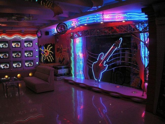 1200px-Karaoke-Harbin6303733