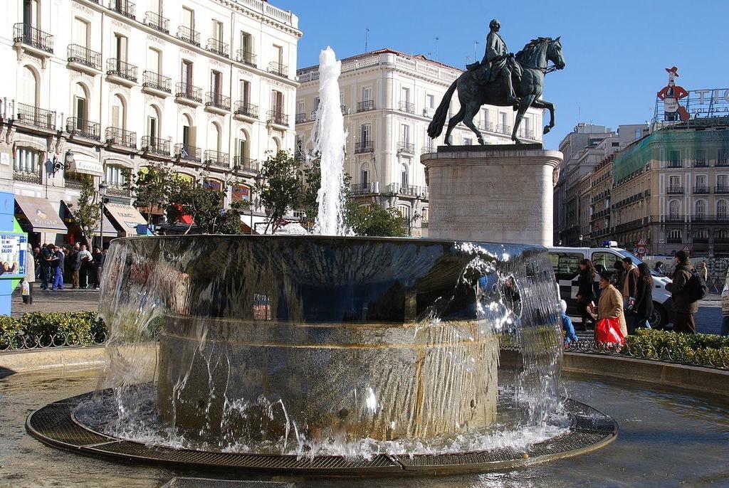 1280px-Puerta_del_Sol_(Madrid)_08