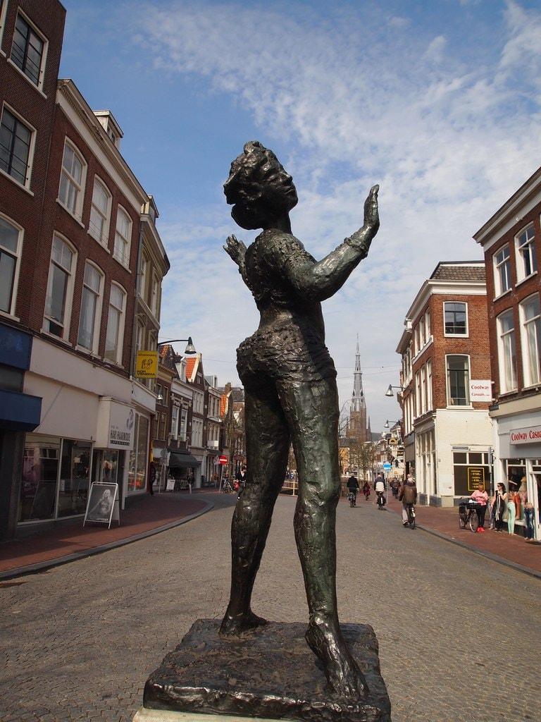 2048px-Beeld_van_Mata_Hari_op_de_Kelders_in_Leeuwarden