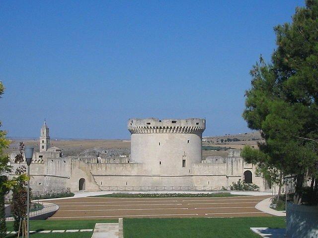 640px-Castello_Tramontano
